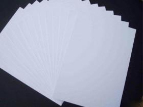 白卡纸的哪些方面优于白板纸?